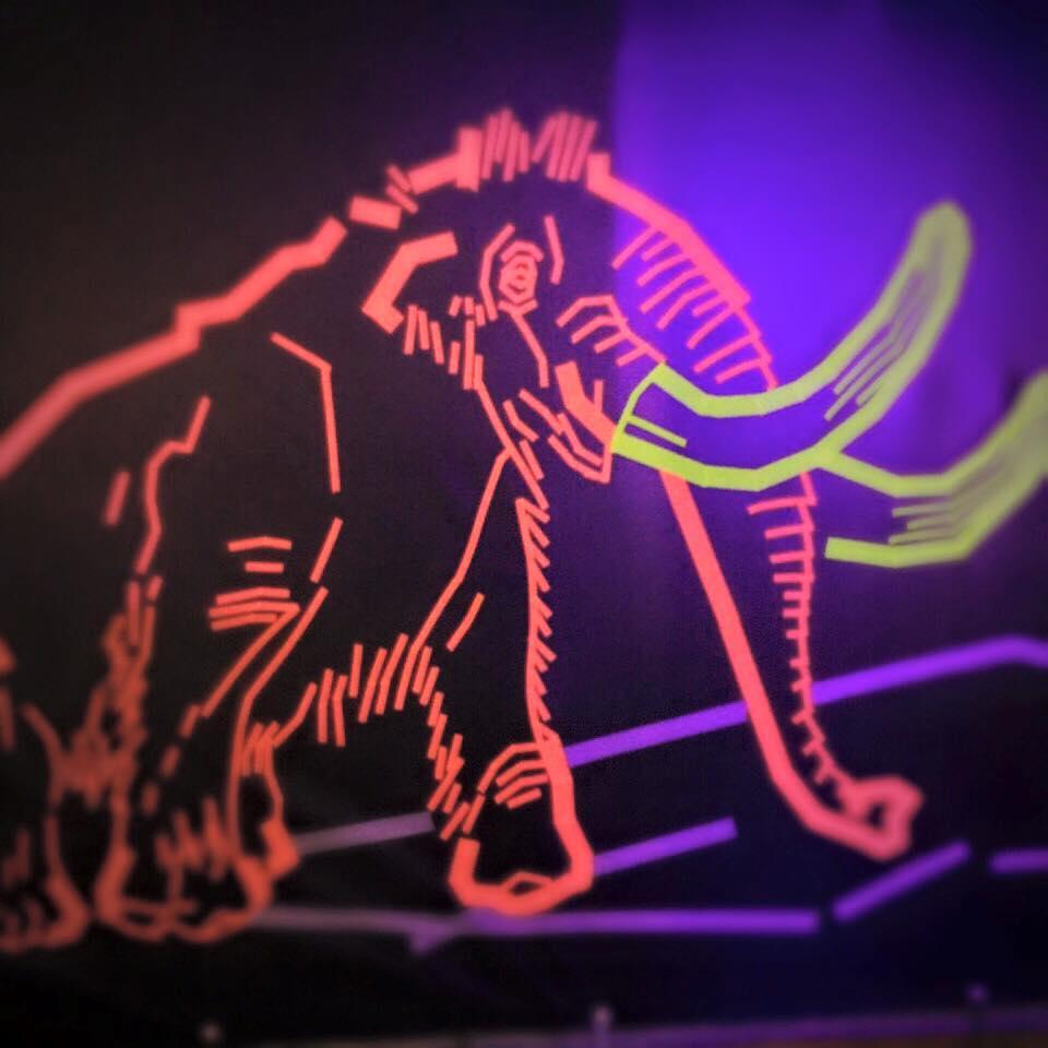 Mammuts im Naturkundemuseum – Tape Art von DUMBO AND GERALD