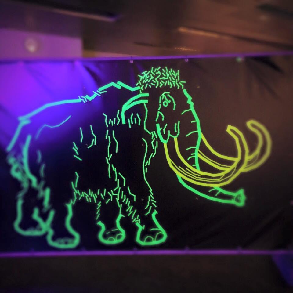 Neon Mammuts im Naturkundemuseum – Tape Art von DUMBO AND GERALD