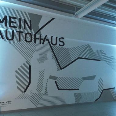 Feier-DAG-tapeart-im-Autohaus-Best-mit-Leitsystem